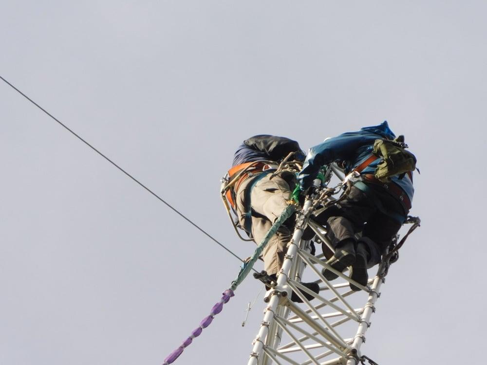 181010-46. kl.12.32-2,a mastdel-lyft-klättrar ner